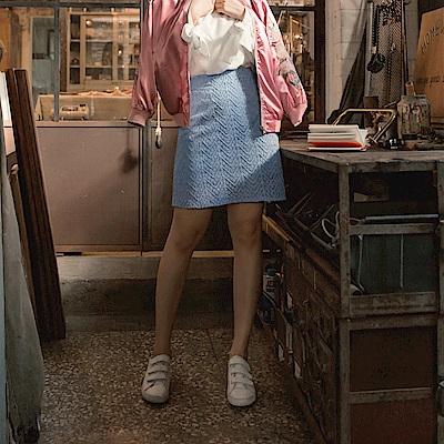 iMODA STAR-臧芮軒。純色滿版鏤空蕾絲短裙