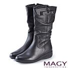 MAGY 街頭率性風 真皮個性騎士皮帶低跟中筒靴-黑色