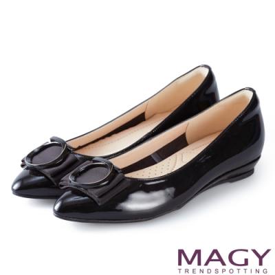 MAGY 氣質首選 造型圓釦牛皮尖頭楔型平底鞋-黑色