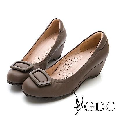 GDC-牛皮大方質感飾釦楔型上班包鞋-可可色