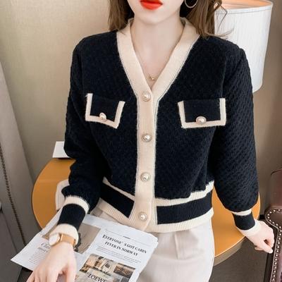 La Belleza名媛氣質V領滾邊珍珠鈕釦假口袋開釦毛料針織外套