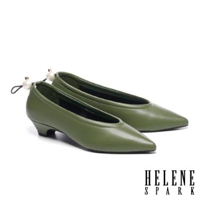 低跟鞋 HELENE SPARK 簡約懷舊珍珠鬆緊帶尖頭低跟鞋-綠