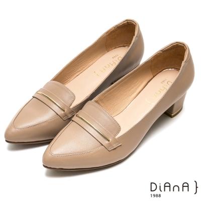 DIANA光澤金屬釦細緻羊皮尖頭粗跟高跟鞋-摩登時尚-卡其