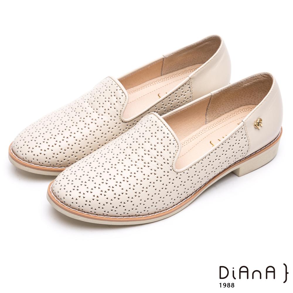 DIANA 漫步雲端焦糖美人款 —壓紋金屬側飾釦真皮圓頭低跟鞋-米白