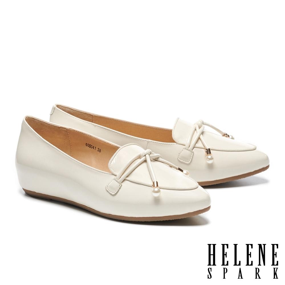低跟鞋 HELENE SPARK 珍珠金屬釦鼓繩造型牛漆皮內增高樂福低跟鞋-米