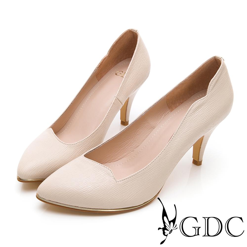 GDC-尖頭波浪設計剪裁簡約真皮素面跟鞋-米色