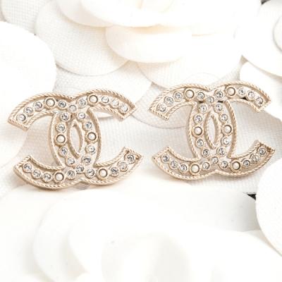 CHANEL 新款大雙C LOGO水鑽珍珠鑲嵌鏤空繩邊造型穿式耳環 (金色)