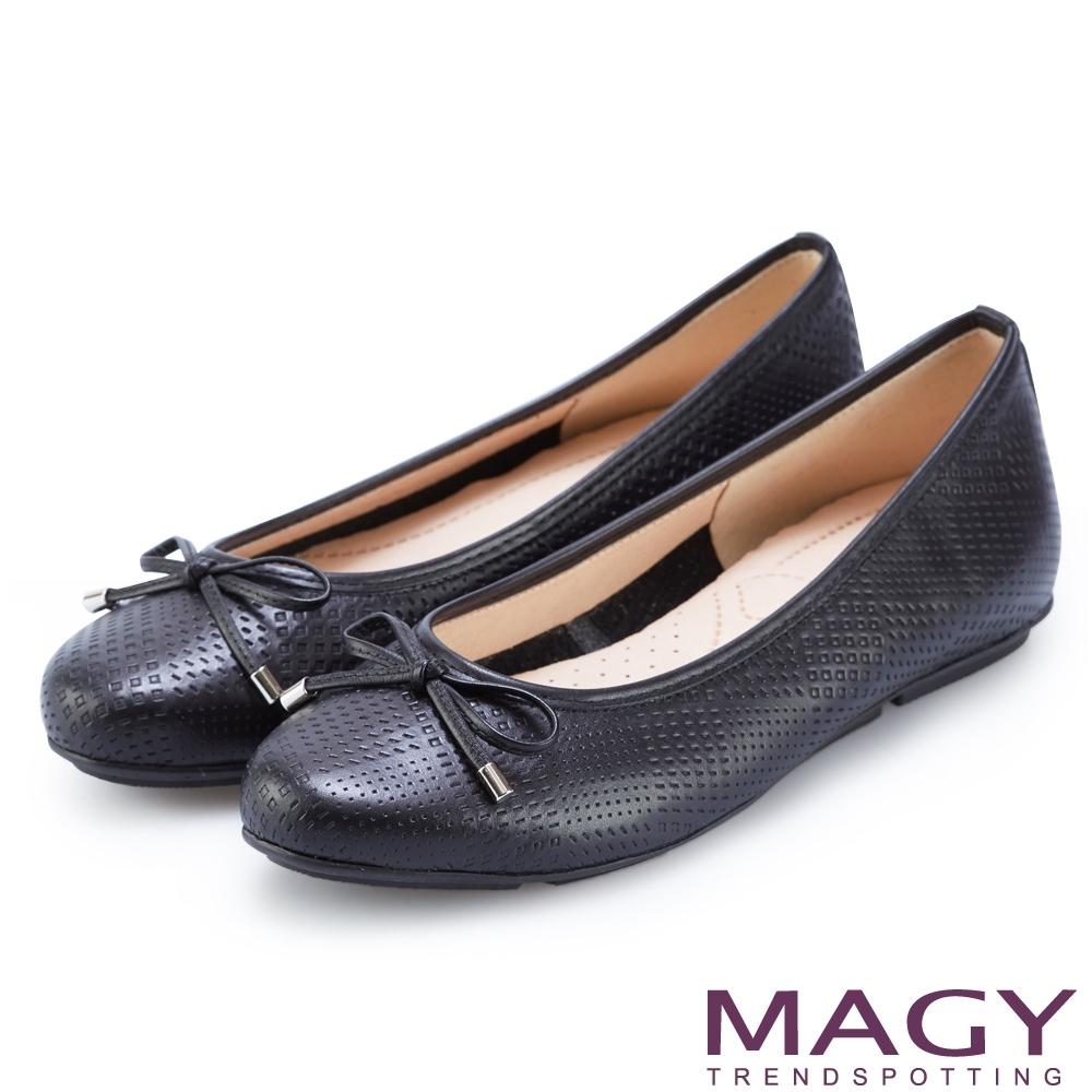 MAGY 氣質壓紋牛皮平底娃娃鞋 黑色