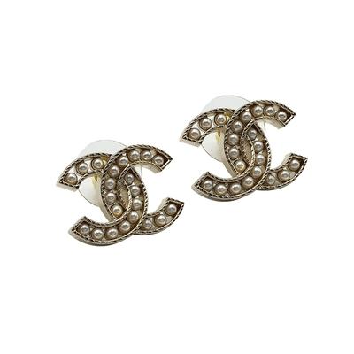 CHANEL  經典雙C logo珍珠鑲飾縷空穿式耳環(金)