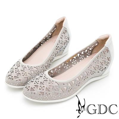 GDC-真皮精緻菱格簍空圖騰楔型鞋-銀色