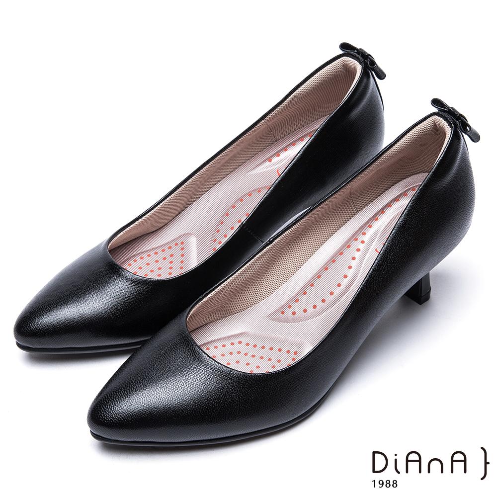 DIANA知性壓紋蝴蝶結真皮跟鞋-漫步雲端輕盈美人-黑