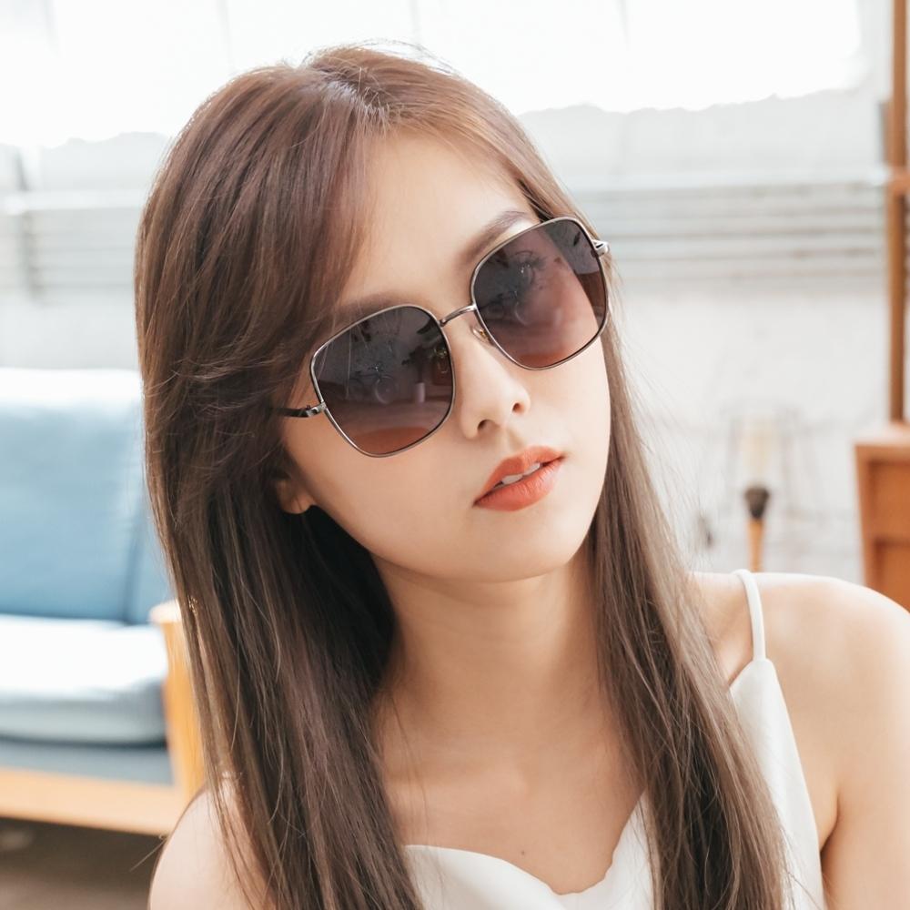 ALEGANT韓系超人氣瑩彩灰粉漸層微方鈦銀框偏光墨鏡│UV400太陽眼鏡│羅馬的風盈午後