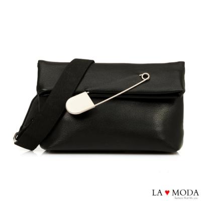 La Moda 時尚感破表大別針裝飾翻摺設計肩背郵差包(黑)