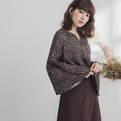滿版豹紋壓褶袖V領雪紡上衣-OB大尺碼