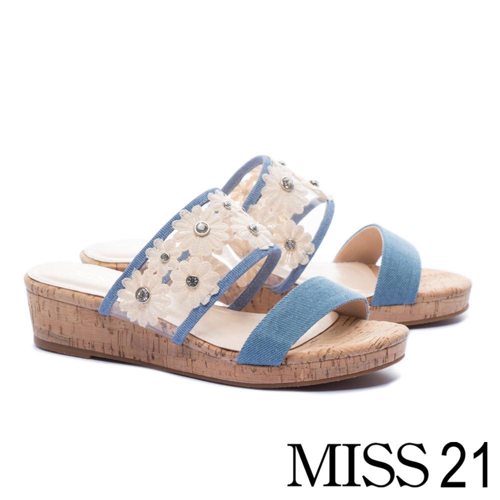 拖鞋 MISS 21 清新浪漫晶鑽蕾絲花朵異材質楔型拖鞋-藍