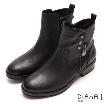 DIANA鉚釘金屬飾釦拉鍊圓頭低跟短靴-懷舊復古-黑