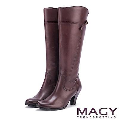 MAGY 展現獨特風采 蠟感牛皮細帶交叉長靴-咖啡