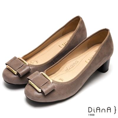 DIANA玩味金屬方釦蝴蝶結真皮跟鞋-漫步雲端厚切焦糖美人-奶茶灰