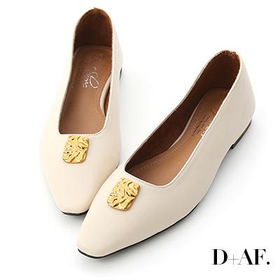 D+AF 魔幻寶盒.圖騰飾釦鍍金跟平底鞋*米
