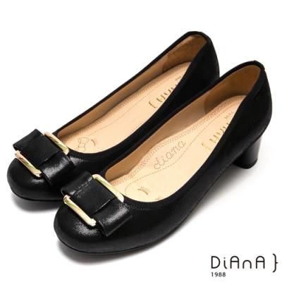 DIANA玩味金屬方釦蝴蝶結真皮跟鞋-漫步雲端厚切焦糖美人-黑