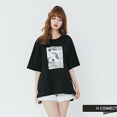 H:CONNECT 韓國品牌 女裝-落肩人像圖印T-shirt-黑