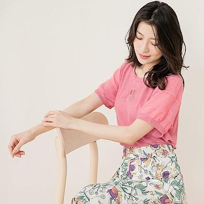 純色涼感柔軟M字水鑽透膚設計袖口拼接蕾絲短袖上衣-OB大尺碼