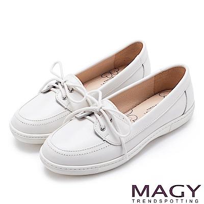 MAGY 舒適樂活 綁帶牛麂皮百搭平底鞋-白色