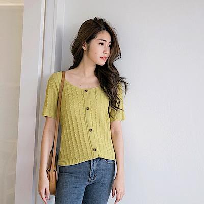 iMODA STAR-臧芮軒。純色鏤空涼感針織短袖排釦上衣-大尺碼