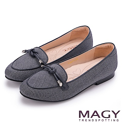 MAGY 復古上城女孩 質感布料細帶扭結平底鞋-灰色