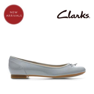 Clarks 摩登經典 全亮皮蝴蝶結飾平底鞋 灰藍色