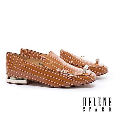 低跟鞋 HELENE SPARK 復古條紋鑲鑽水滴珍珠造型軟皺漆皮後踩樂福低跟鞋-咖