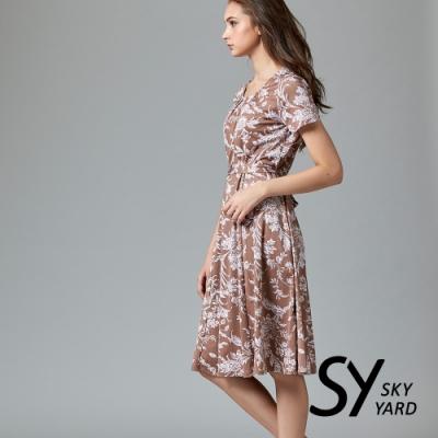 【SKY YARD 天空花園】花朵寫意涼感綁帶連身洋裝-卡其色