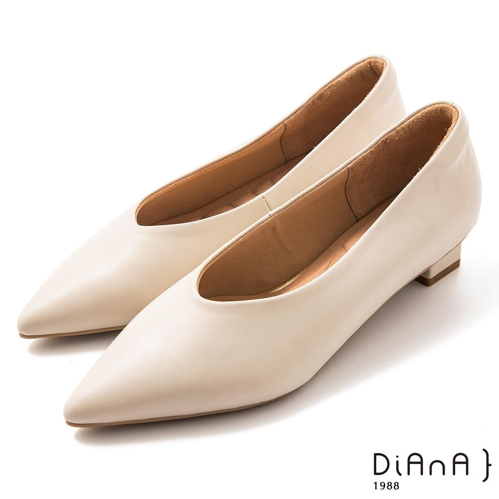 DIANA 3 cm軟羊皮尖頭素色方跟鞋-質感氛圍-牛奶米