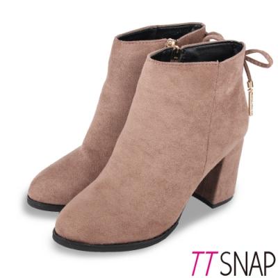 TTSNAP短靴-絨面後跟蝴蝶結垂墜吊飾高跟靴 卡其