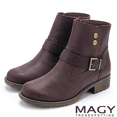 MAGY 中性俏皮 磨面感牛皮扣環短靴-咖啡