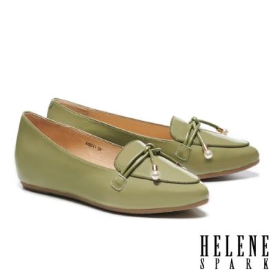 低跟鞋 HELENE SPARK 珍珠金屬釦鼓繩造型牛漆皮內增高樂福低跟鞋-綠