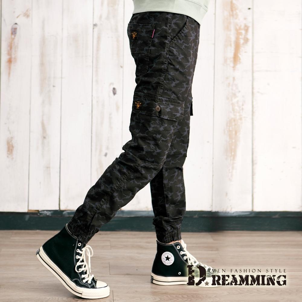 Dreamming 工裝迷彩布標側袋彈力縮口褲 鬆緊 慢跑褲-共二色 (黑藍)