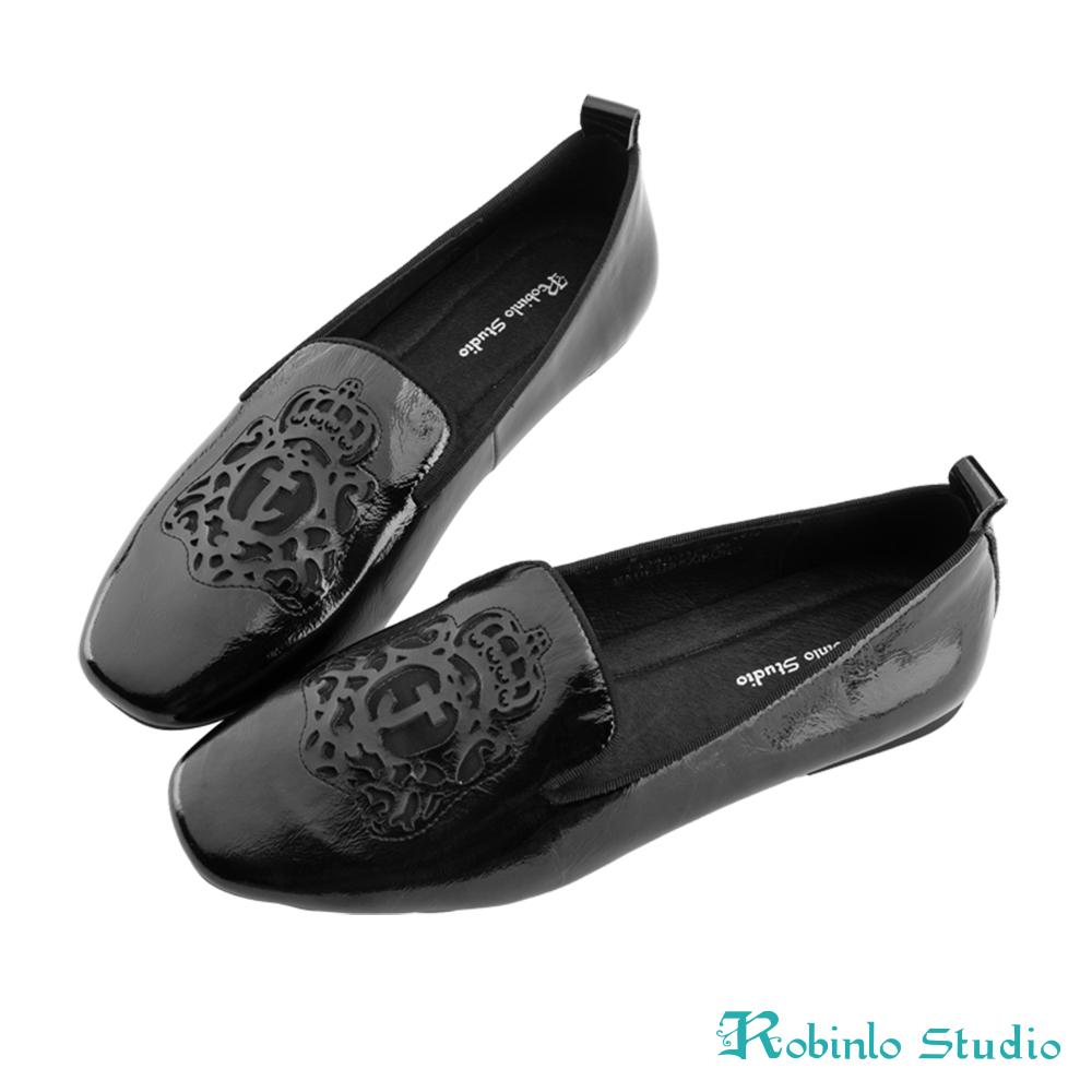 Robinlo 嬉皮圖騰沖孔軟皮革方頭平底鞋 黑