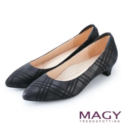 MAGY 氣質首選 壓紋牛皮尖頭低跟鞋-紋路黑