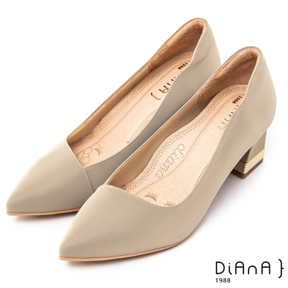 DIANA特殊絲光牛皮素面6 CM尖頭粗跟跟鞋 -漫步雲端超厚切焦糖美人–米灰