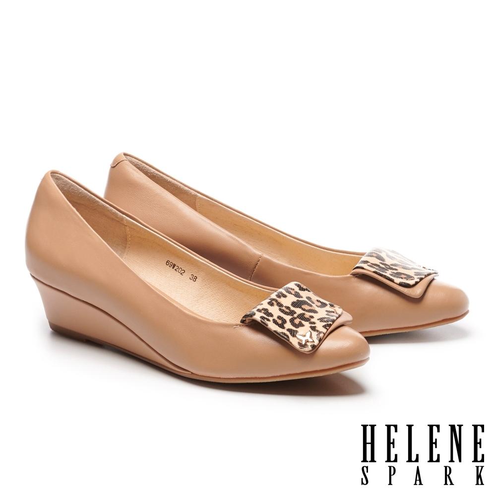 高跟鞋 HELENE SPARK 氣質典雅羊皮豹紋飾釦尖頭楔型高跟鞋-杏