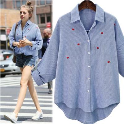 MOCO紅色小愛心繡線淺藍色直條紋袖提釦襯衫XL~4XL