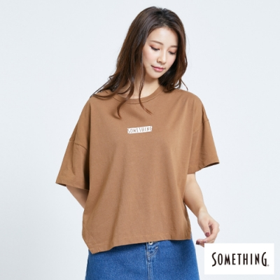 SOMETHING 基本LOGO 寬版短袖T恤-女-暗咖啡