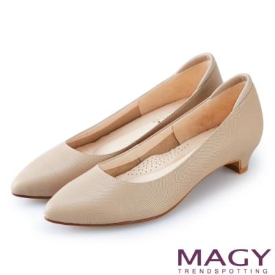 MAGY 氣質首選 壓紋牛皮尖頭低跟鞋-可可