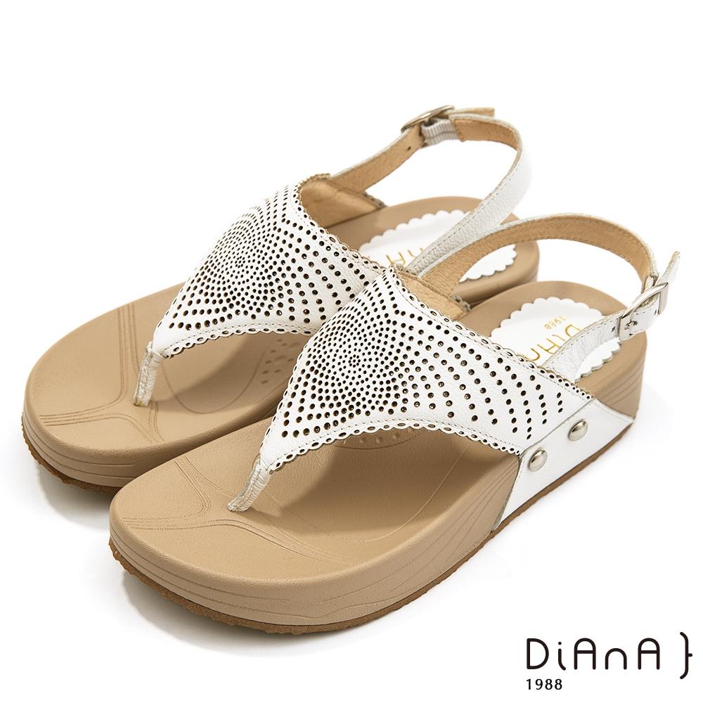 DIANA 4.5cm質感軟牛皮圖騰沖孔厚底夾腳涼鞋-夏日風情-米白