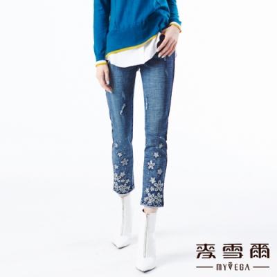 【麥雪爾】棉質花朵刺繡水鑽九分抽鬚牛仔褲