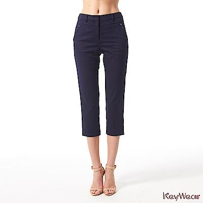 KeyWear奇威名品     亮麗都會休閒七分褲-深藍色