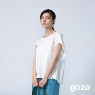 gozo 品牌造型別針素面壓褶上衣(白色)