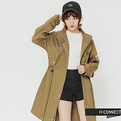 H:CONNECT 韓國品牌 女裝-電繡文字收腰風衣外套-綠