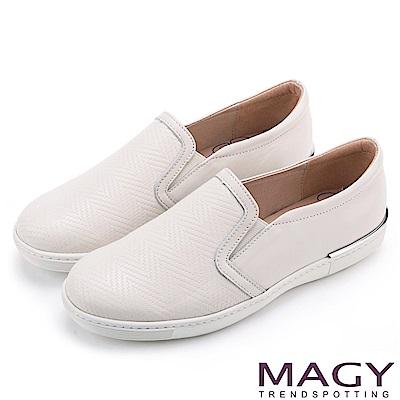 MAGY 輕甜休閒時尚 編織壓紋牛皮平底便鞋-米色